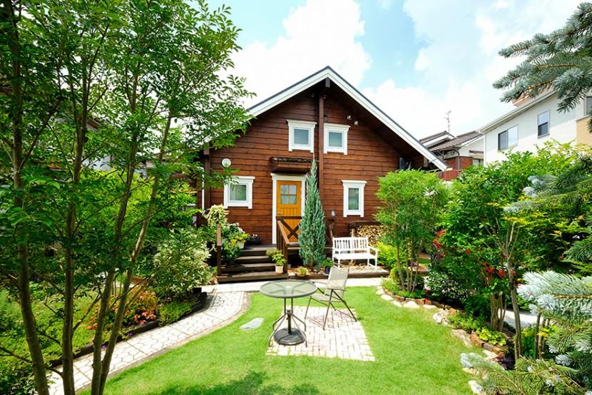 ログハウスには緑がよく似合う。 ガーデニングで暮らしを豊かに!