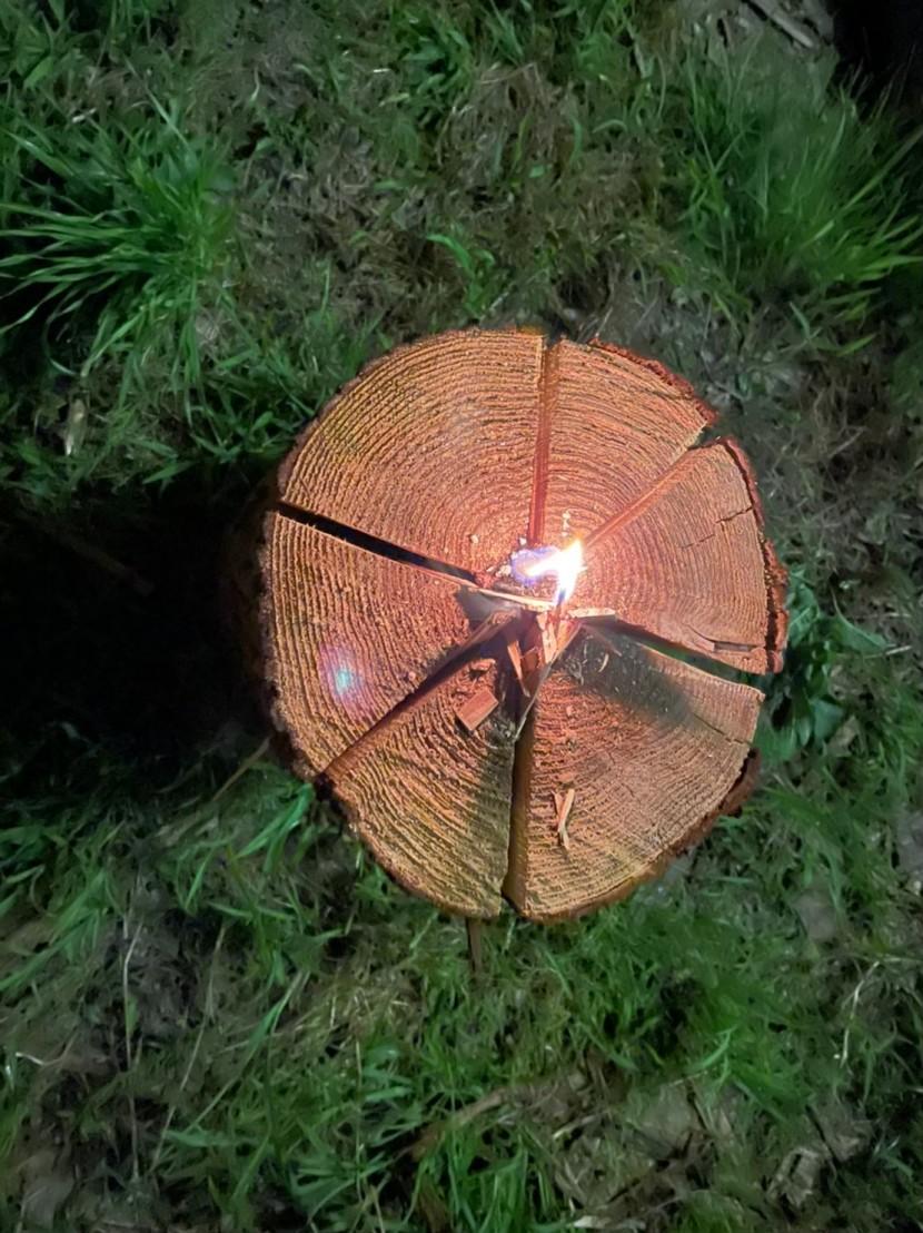 [10]女子が木を伐る所から家をつくる。<スウェーデントーチ>